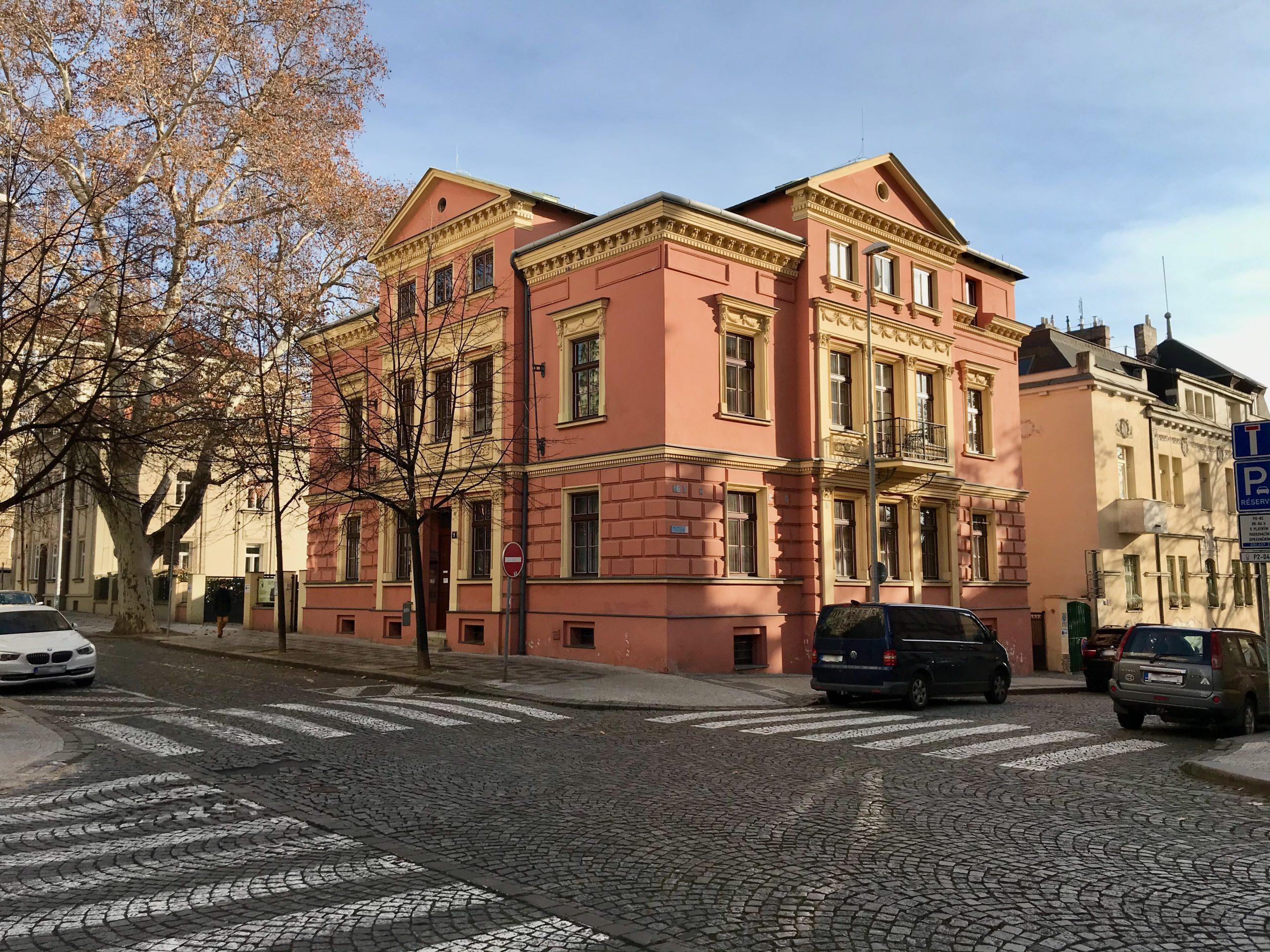Foto - budova AK z ulice Šafaříkova