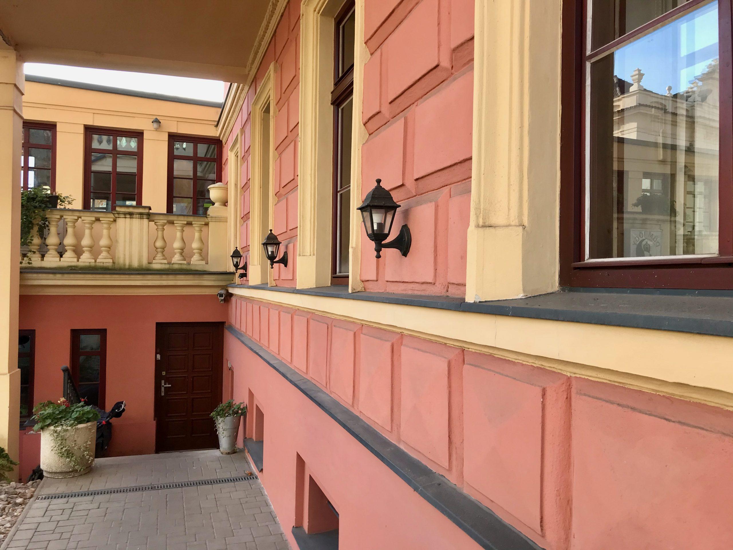 Foto - lucerny na budově - den